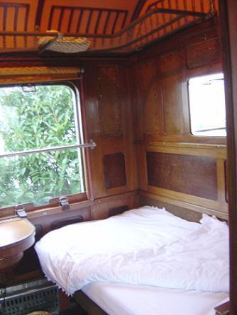 la gare des ann es folles vacances insolites. Black Bedroom Furniture Sets. Home Design Ideas